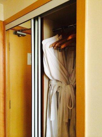 Huangpu Hotel: Shallow closet with nonworking doors