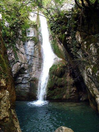 Evrytania Region, Grécia: Καταράκτης στη Μαύρη Σπηλία - Ευρυτανία (Waterfall to Black cave - Evritania)