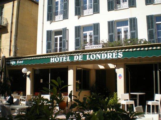Bar garden picture of hotel de londres menton menton for Hotels londres