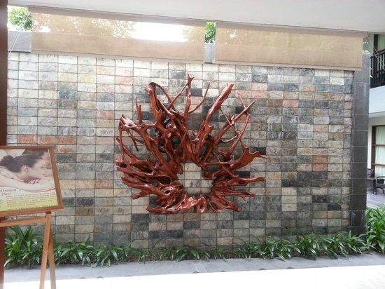 Amadea Resort & Villas: Decoration on the wall at the back concierge