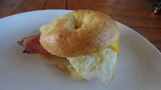 Trawangan Dive Resort : Bagel Breakfast with Egg & Bacon