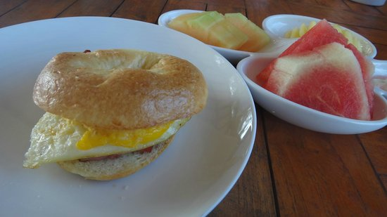 Trawangan Dive Resort : Bagel Breakfast with Egg & Bacon, with fruit platter
