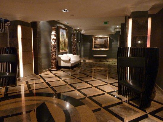 Grande Real Villa Italia Hotel & Spa : Couloir menant à la salle du petit dej et au spa