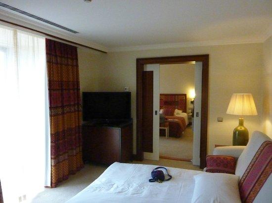 Grande Real Villa Italia Hotel & Spa: Vue chambre principale depuis chambre annexe