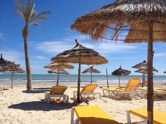 Club Diana Rimel Djerba: Très belle plage avec matelas sur transat !