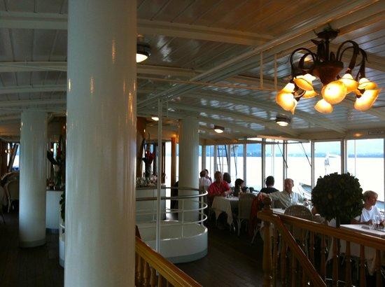 La Suisse Steam paddle boat. : intérieur du bateau de la CGN