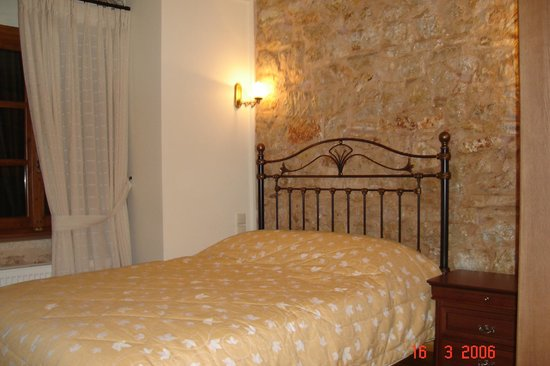 Hotel Kentrikon : Double bed room with view at the beautiful yard