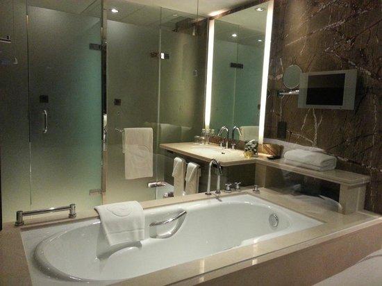 The Eton Hotel Shanghai: Clean bathroom