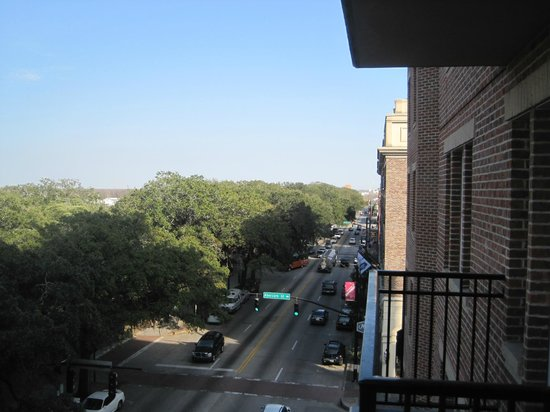 Holiday Inn Express Savannah-Historic District: Looking one way from room balcony