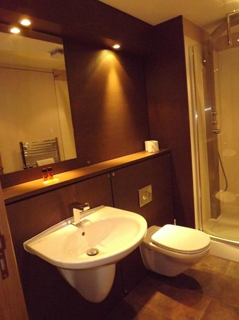 Staycity Aparthotels West End: Lovely clean contemporary bathroom.
