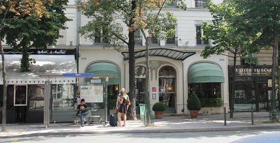 Raspail Montparnasse Hotel: Bus 68 stop in front of Hotel