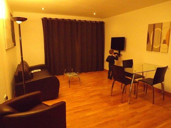 Staycity Aparthotels West End: Large lounge/dining room.