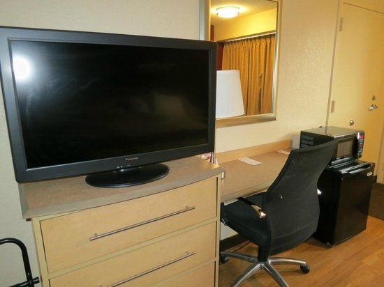 Red Roof Inn Cleveland - Independence: Red Roof, Independence OH - TV, desk, fridge area