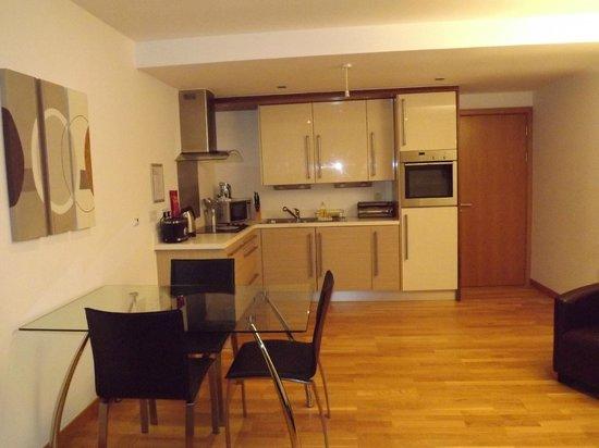 Staycity Aparthotels West End: Kitchen diner area.