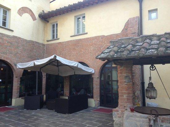 Country Hotel Borgo Sant'Ippolito: vista sulle sale colazione dalla corte interna