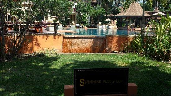 Crown Lanta Resort & Spa : Piscine principale (du haut)