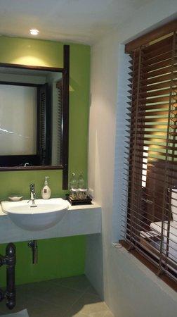 Crown Lanta Resort & Spa : salle d'eau
