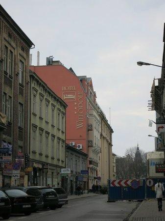 Wielopole Hotel : Отель (издалека) и улица