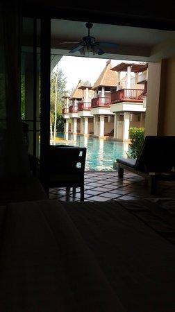 Crown Lanta Resort & Spa : vue de la chambre avec sa terrasse qui donne sur la piscine