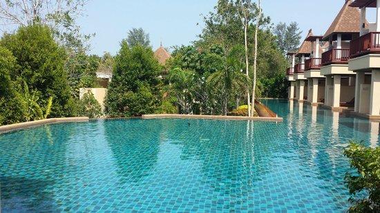 Crown Lanta Resort & Spa : Bassin de nage (piscine du bas) sur laquelle donnait notre chambre