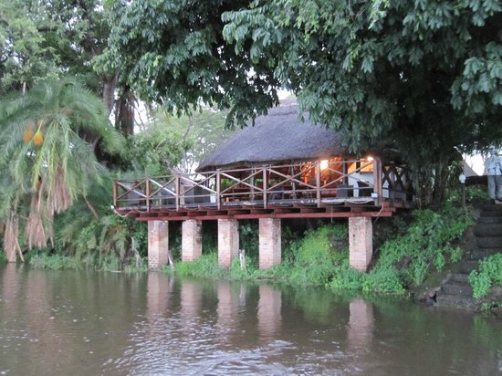 Thorntree River Lodge : Main building, late afternoon, after a rain storm