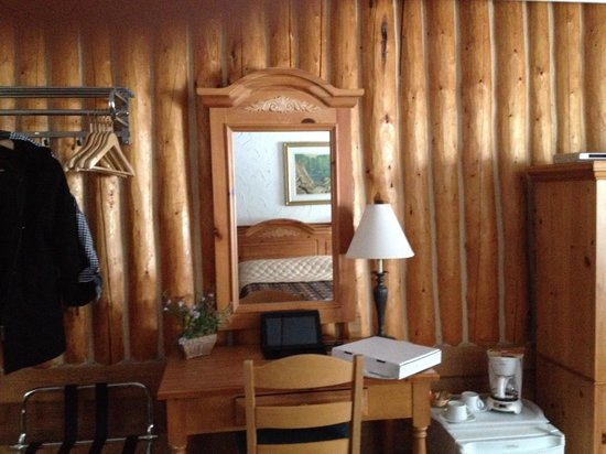 Mystic Isle Motel: Desk area with tablet