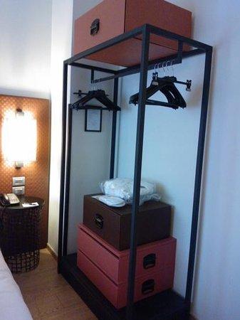 Starhotels Michelangelo : particolare armadio della camera