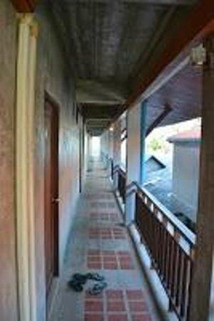 Buddha View Dive Resort: couloir pour aller au chambre