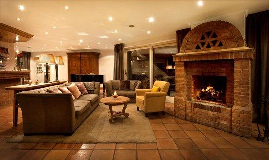 Seehotel Töpferhaus: Open fireplace in lobby