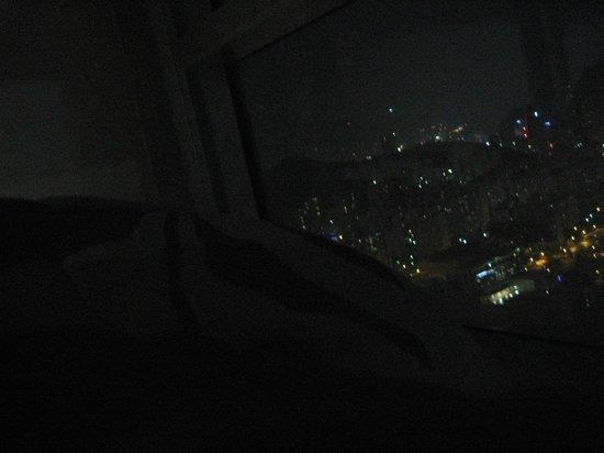 Centum Guesthouse вид из окна ночью