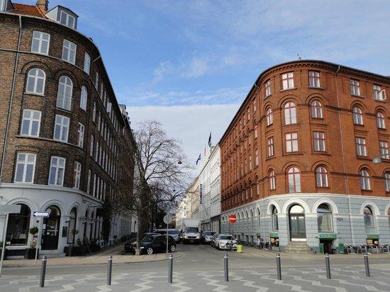 Hotel Maritime: Отель Маритим (справа, белый)