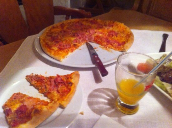 Trattlers Einkehr: A tasty pizza prepared in front of us