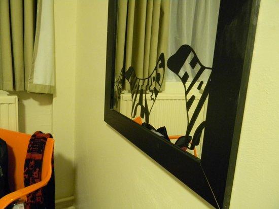 Hatters Hostel Liverpool: espejo de la habitación