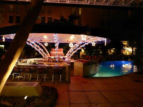 Sheraton Skyline Hotel London Heathrow: View of the pool bar