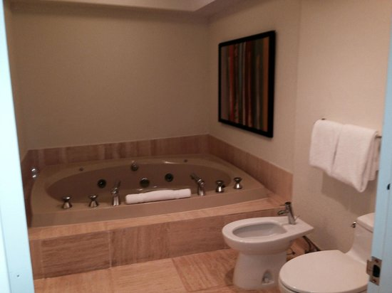 Turnberry Isle Miami, Autograph Collection: Huge spa tub and shower in main bath