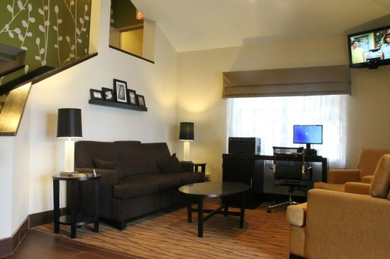 Sleep Inn & Suites: Spacious lobby sitting area