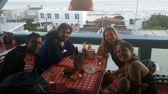 Rex Diner: Salida de amigos y familia en la terraza del lugar