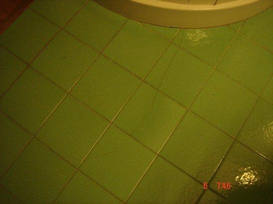 Florida Hotel : Broken floor in the bathroom