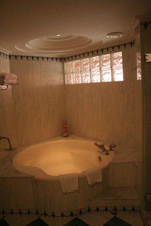 H10 Playa Meloneras Palace: el Baño con una bañera grande :-)