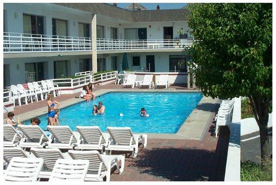 Ebb Tide Suites: Use of Pools At Impala Island Inn