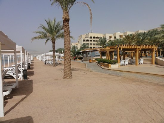 InterContinental Aqaba Resort: Beach and hotel