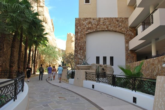 Grand Solmar Land's End Resort & Spa : Walking to the lobby