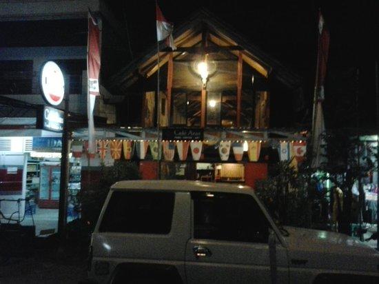Cafe Aras: Außenansicht bei Nacht