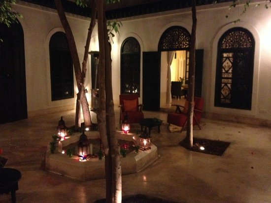 Hotel & Spa Riad Dar Sara: patio by night