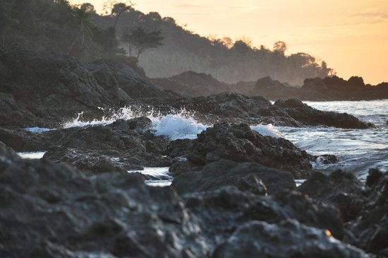 Hotel Las Caletas Lodge: The ocean/rocky shore where we watched the sunset