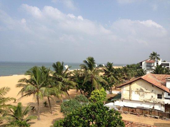 The Reef Beach Hotel: вид из номера на пляж