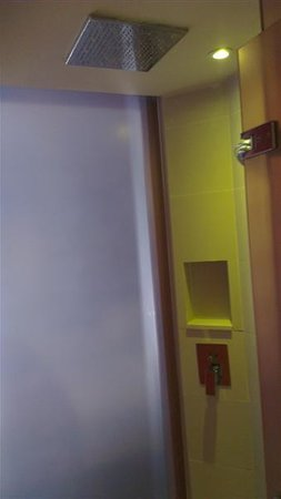 Citrus Sukhumvit 13 by Compass Hospitality: Bathroom