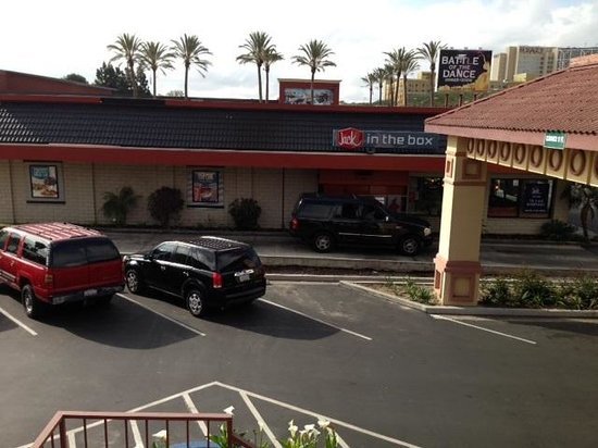 Days Inn Anaheim Near Convention Center: This is the view from my room.  Beautiful!