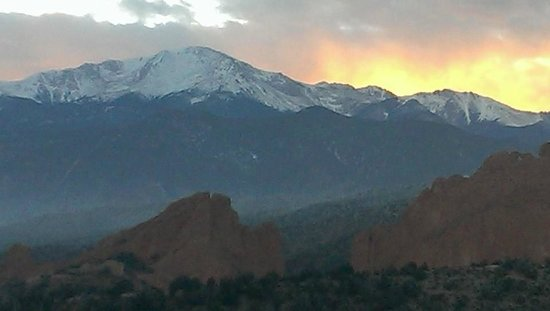 Garden of the Gods Club and Resort: The view from our room right at sunset!