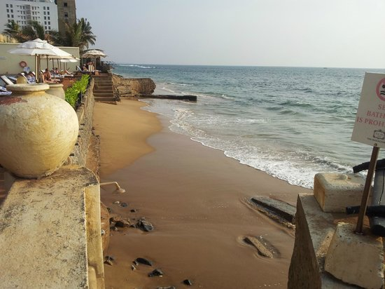 Galle Face Hotel Colombo : Oceanen, precis utanför poll och barområdet.